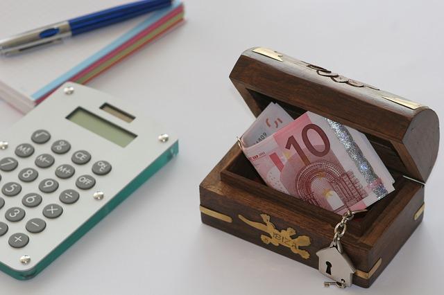 Pieniądze w skrzynce i kalkulator