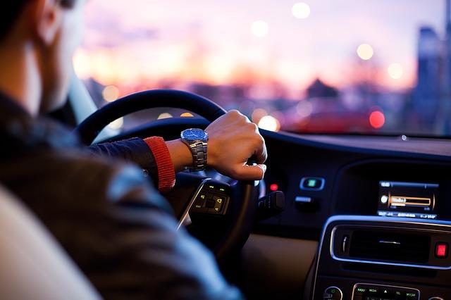 kierowca za kierownicą