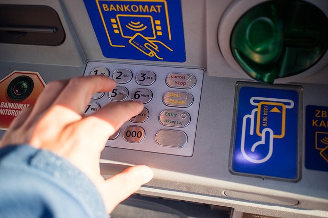 korzystanie z bankomatu