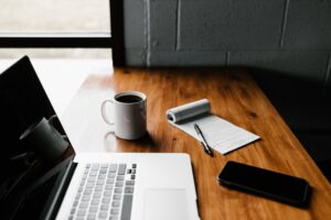 laptop, telefon i notes na biurku